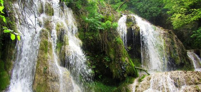 част от каскадите на Крушунските водопади и зеленина около тях