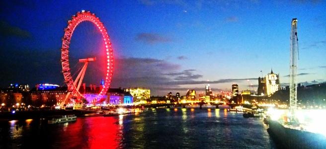 Лондонското Око/ London Eye, гледка към известното виенско колело в Лондон, столицата на Англия. Виждат се и река Темза и кораб минаващ по нея.