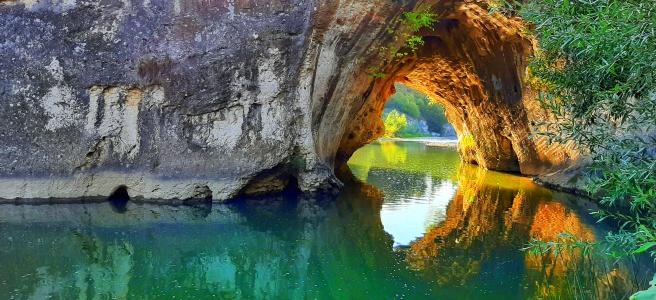 Скален мост в село ъглен, отразява се в реката и се образува форма на але или птица. Приказни цветове!