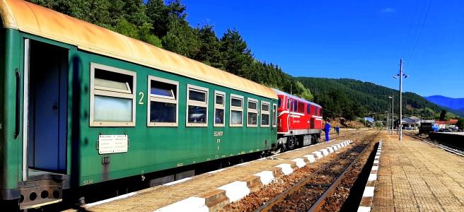 Зелено-червен влак, Родобската теснолинейка на гара Аврамово - най-визоката гара на Балканския полуостров, в слънчев есенен ден
