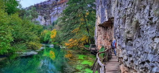 Едно от дървените мостчета на екопътека Искър-Панега и невероятните води на река Златна Панега